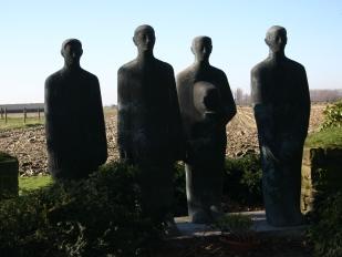 Beeldengroep van Emil Krieger op de Duitse begraafplaats in Langemark